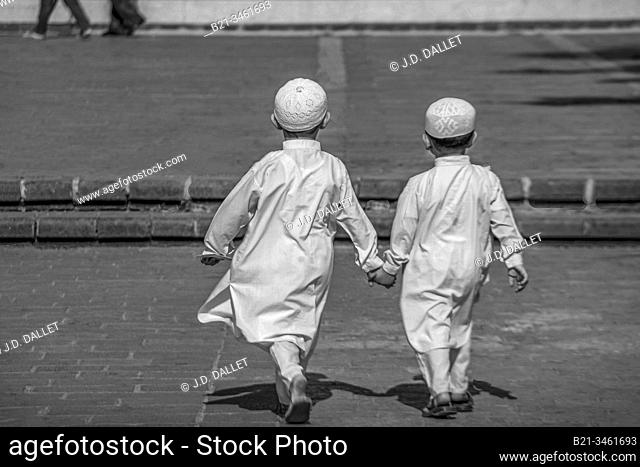 Syria, Homs, young kids going to Khaled Al-Walid mosque