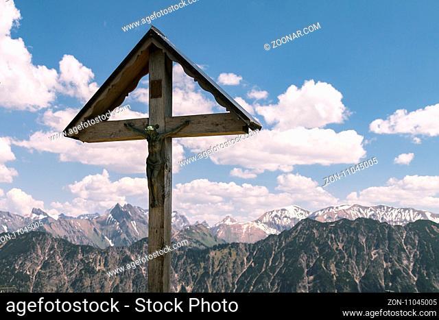 Gipfelkreuz am Fellhorn mit Alpenpanorama, Österreich, Mai