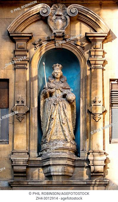 UK. Statue of Queen Elizabeth I on the facade of St Dunstan in the West church, Fleet Street. Dated c1670-99, the statue originally stood on The Ludgate until...