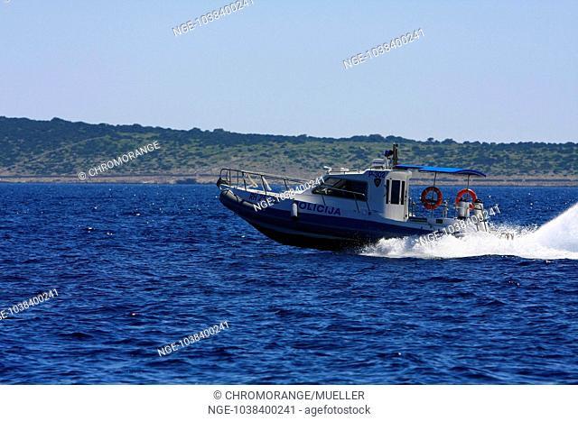 Croatia, Velebit, Insel Pag, Polizeiboot vor der Kueste