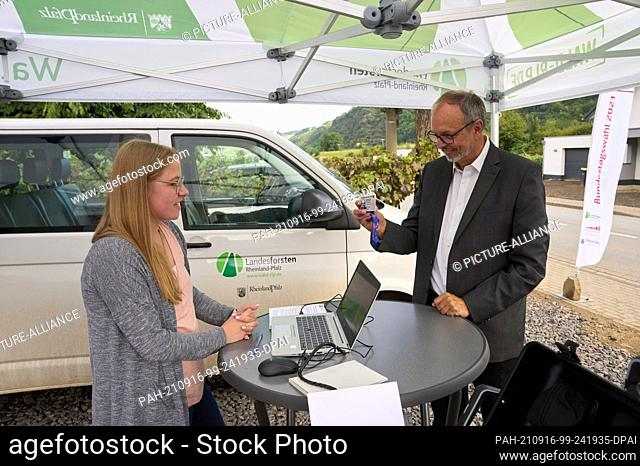 16 September 2021, Rhineland-Palatinate, Rech: Federal Election Commissioner Dr. Georg Thiel (r) tests the voting process on one of the mobile voting buses in...
