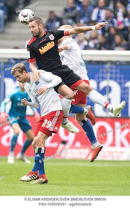 Marco GRUETTNER (mi., Grvttner, R) versus Matti STEINMANN (left, HH) and Rick van DRONGELEN (HH), action, fight for the ball, football 2nd Bundesliga