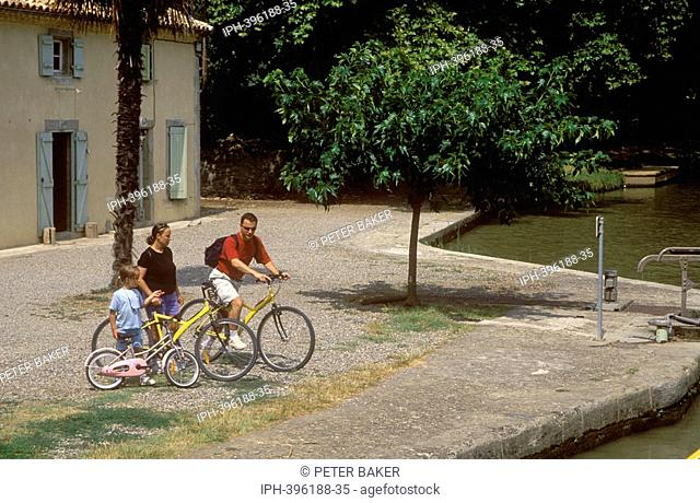 Trebes - Cycling along the towpath of the Canal du Midi
