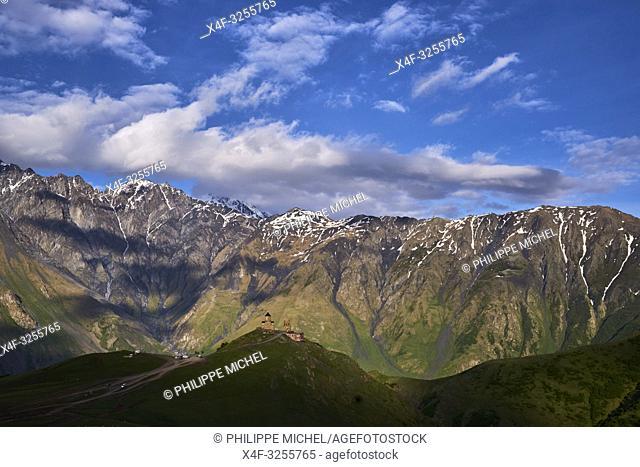Georgie, Caucase, Stephantsminda, Kazbegi, Eglise de la Trinité et de Guerguetie / Georgia, Caucasus, Stephantsminda, Kazbegi, Kazbek Mount