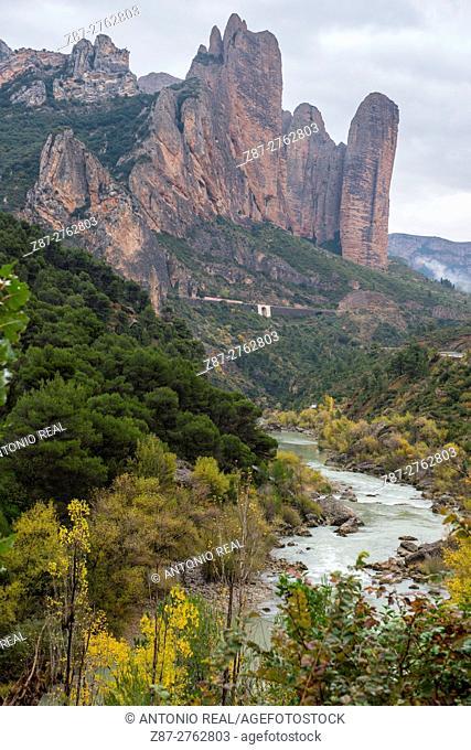 River Gállego and Mallos de Riglos, Riglos, Huesca province, Aragon, Spain