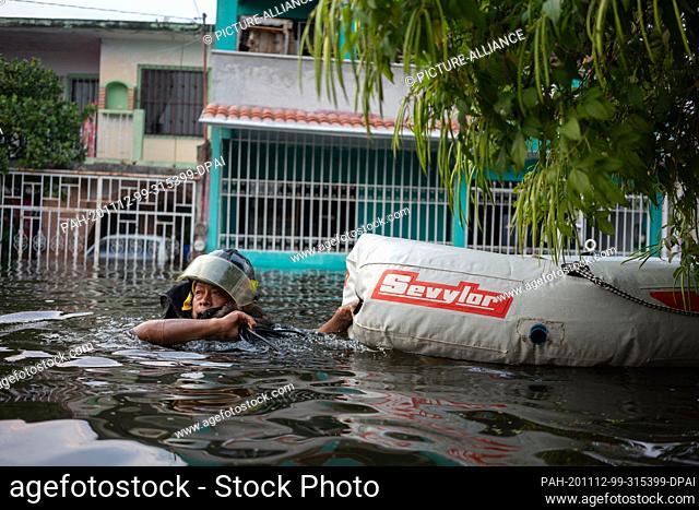 11 November 2020, Mexico, Villahermosa: Emergency services evacuate people with rubber dinghies. Around ten thousand people have been evacuated due to flooding...
