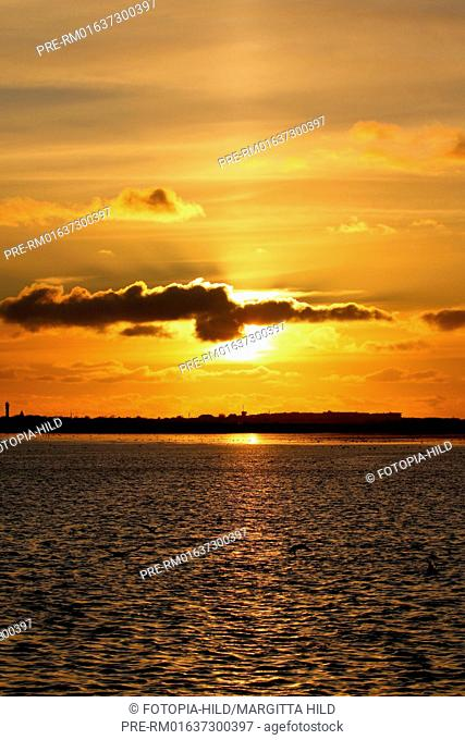 Sunset at Wangerooge, Friesland district, Lower Saxony, Germany, North Sea / Sonnenuntergang vor Wangerooge, Landkreis Friesland, Niedersachsen, Deutschland