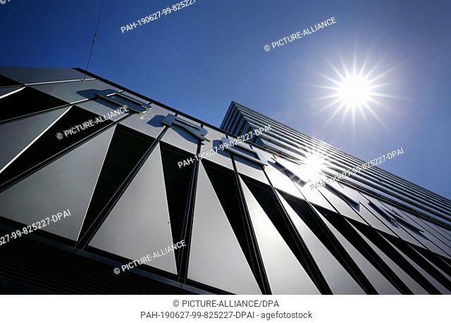 "27 June 2019, North Rhine-Westphalia, Duesseldorf: The sun shines on the facade of the shopping centre """"Crown"""" in Düsseldorf"