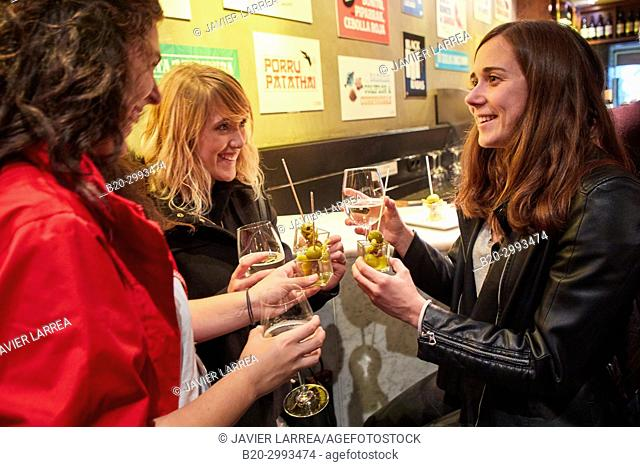 "Guide with tourists eating a """"Gilda"""", Typical Pintxo from Donostia, Old Town, Donostia, San Sebastian, Gipuzkoa, Basque Country, Spain, Europe"