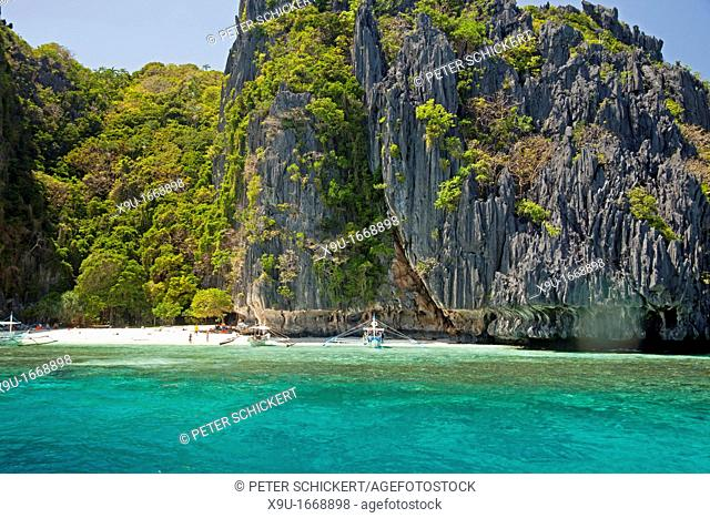 outrigger boats and the beautiful beach of Simisu Island , El Nido, Palawan, Philippines, Asia
