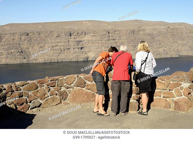 Three Europeans read a historical plaque at a scenic outlook near Ellensburg, Washington, United States