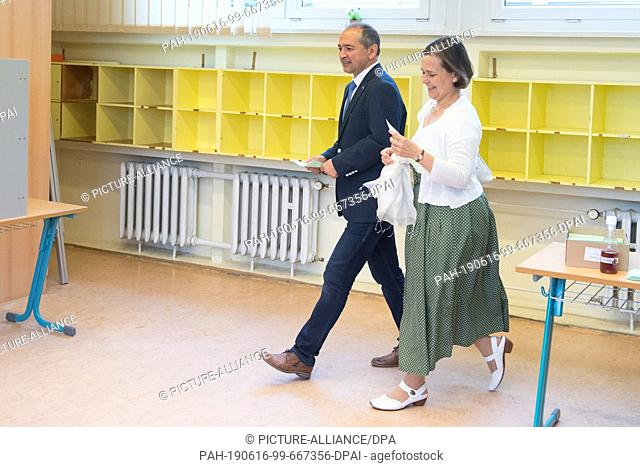 16 June 2019, Saxony, Görlitz: Octavian Ursu (CDU), Lord Mayor candidate for Görlitz, and his wife Désirée come to vote in a polling station