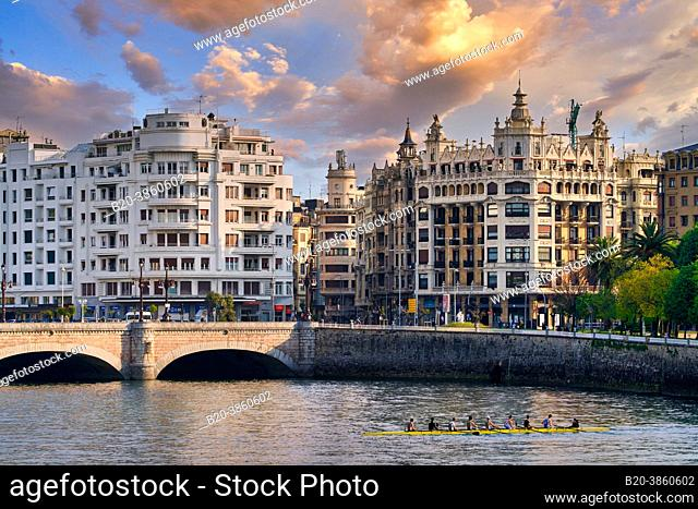 The Santa Catalina Bridge is the second of the four bridges that crosses the Urumea River in the capital of Donostia and connects two main arteries of the city