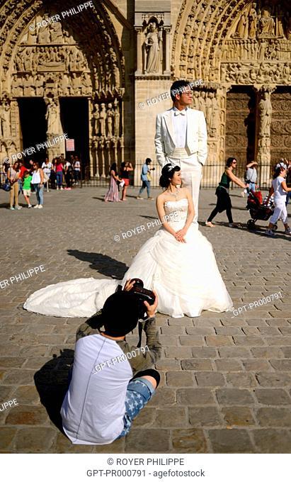 WEDDING OF A COUPLE OF CHINESE ORIGIN ON THE SQUARE IN FRONT OF NOTRE DAME DE PARIS, (75) PARIS, ILE-DE-FRANCE