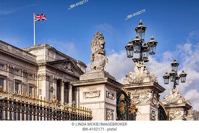 The gates of Buckingham Palace, Victoria Memorial, The Mall, London, England, United Kingdom