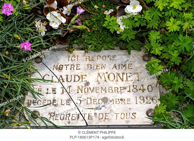 Plaque on the grave of Claude Monet, French Impressionist painter, at the église Sainte-Radegonde churchyard, Giverny, Eure, Normandy, France