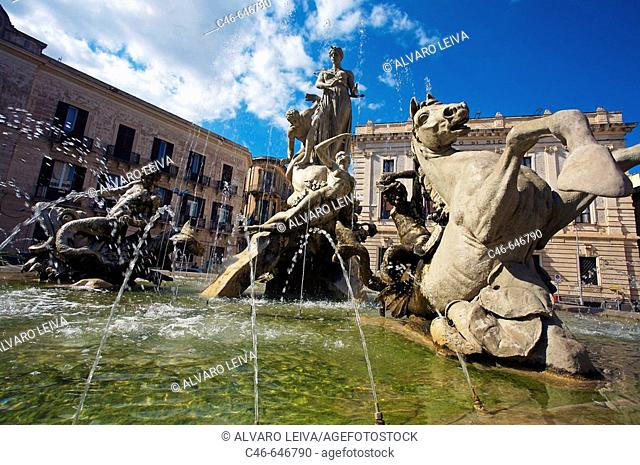 Archimede square, fountain, Siracusa. Sicily. Italy