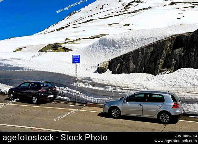 Autos parken auf der Passhöhe, Gotthardpass, Airolo, Kanton Tessin, Schweiz / Car parking on the highest point of the St Gotthard Pass, Airolo, Canton of Ticino