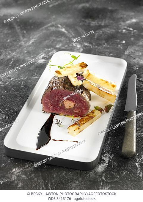 Solomillo relleno de foie, jugo de ternera, vermut rojo y tubérculos glaseados / Sirloin stuffed with foie, veal juice, red vermouth and glazed tubers