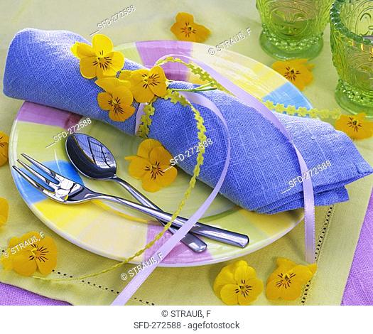 Plate decoration with pale-blue napkin and pansies