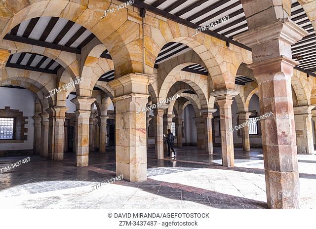 Soportales del ayuntamiento de Balmaseda. Vizcaya. País Vasco. España