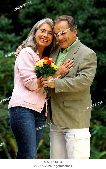 Ein aelteres verliebtes Paar im Gruenen, Hamburg 2006 - Hamburg, Germany, 11/09/2006