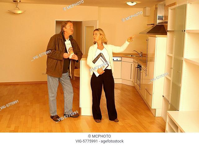Ein Mann besichtigt mit der Maklerin eine neue Wohnung, 2006 - Hamburg, Germany, 07/03/2006