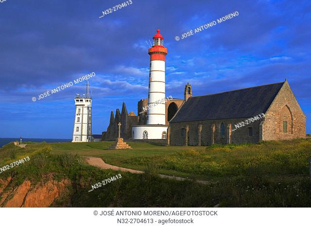 Saint Mathieu lighthouse, Ruins of a benedictine abbey, Pointe de Sant-Mathieu, Finisterre, Bretagne, Brittany, France Europe