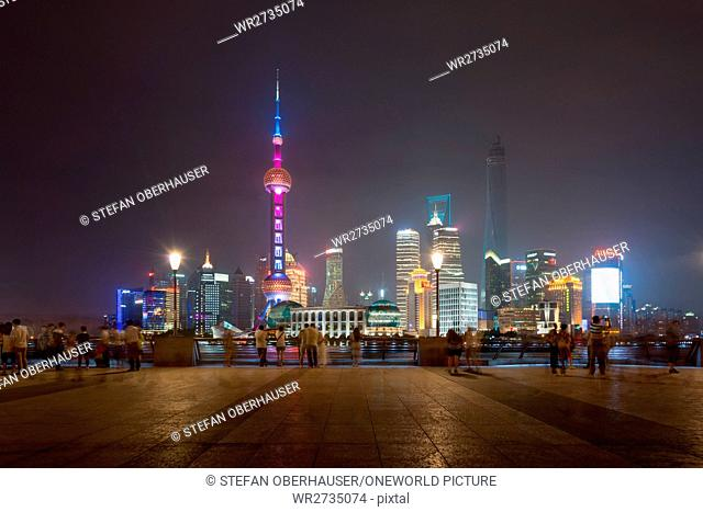 China, Shanghai, viewpoint opposite the skyline of Pudong with the famous Pearl Tower