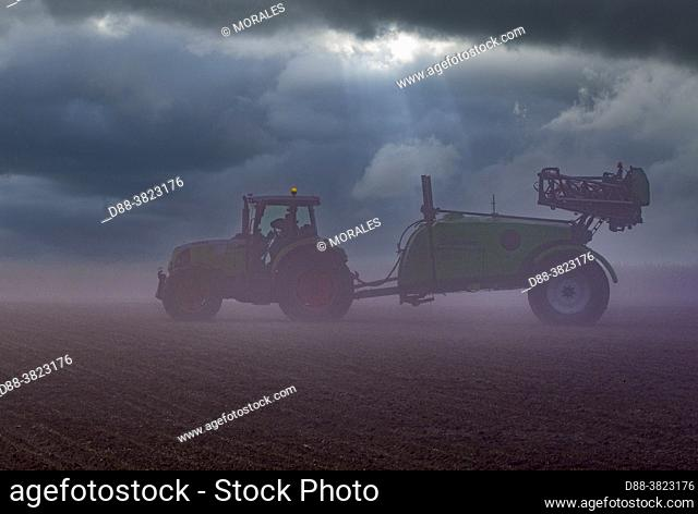 France, Department of Oise (60), Senlis region, agricultural territories, field crops, chemical treatment of crops with very wide spreading behind a tractor
