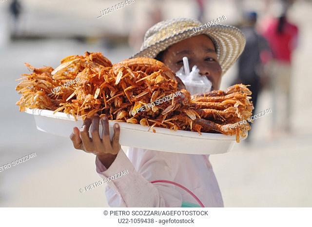 Sihanoukville (Cambodia): fried shellfish seller at Occheuteal Beach