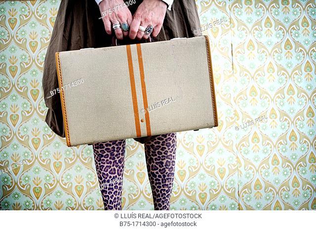 mujer con maleta esperando, waiting woman with suitcase