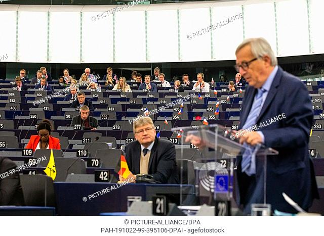 22 October 2019, France (France), Straßburg: Members of the Brexit Party (back) and Jörg Meuthen (AfD, ID Group, front) will listen to the speech by Jean-Claude...