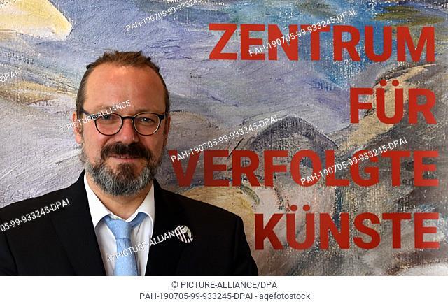 04 July 2019, Nrw, Solingen: The art historian Jürgen Kaumkötter looks into the photographer's camera at a photo shoot in the Kunstmuseum