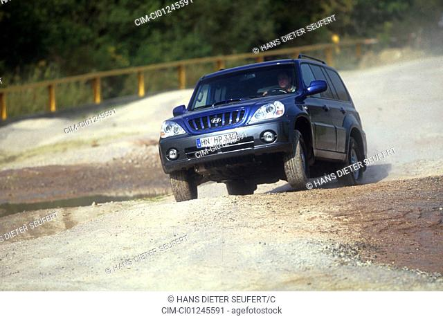 Car, Hyandai Terraapprox. 2.9 CRDi GRS, cross country vehicle, model year 2001-, blue, diagonal from the front, driving, offroad, Schotter, Front view