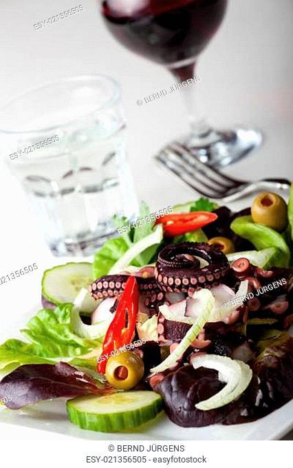 griechischer Tintenfischsalat mit Zwiebeln