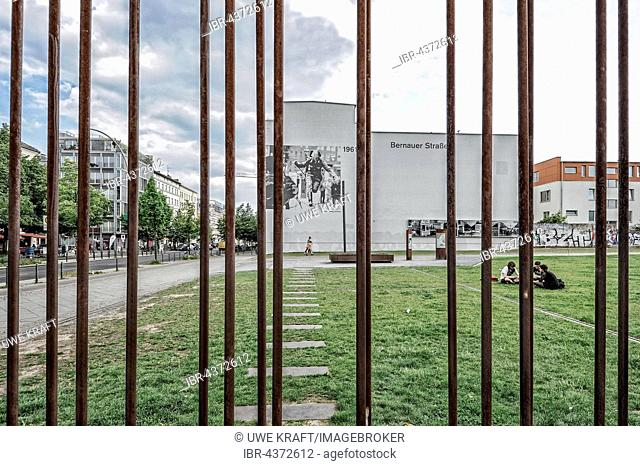 Bernauer Strasse, Berlin Wall Memorial, photo of border guard leaping over barbed wire fence, taken by the photographer Peter Leibing, Berlin, Germany