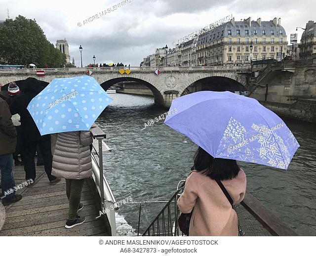Pont Saint-Michel. Boatride on the river Seine in Paris. . Photo: André Maslennikov