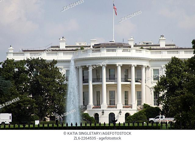 Front view of the white house, in Washington Dc
