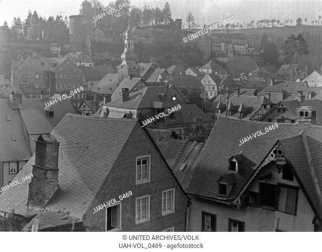 Blick auf die Stadt Monschau an der Rur in der Eifel, Deutschland 1920er Jahre. View to the town of Monschau at river Rur in the Eifel region, Germany 1920s