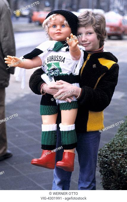 football, Bundesliga, 1977/1978, Stadium am Boekelberg, Borussia Moenchengladbach versus Eintracht Brunswick 3:1, young football fan with a doll in the club...