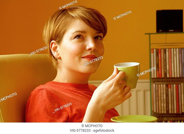 Eine junge Frau trinkt zuhause Kaffee, 2005 - Germany, 17/07/2005