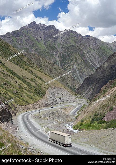 Der Toeoe Pass des Tien Shan Highways, der Bischkek mit Osh verbindet und der durch das Gebirge Tien Shan oder Himmelsgebirge fuehrt