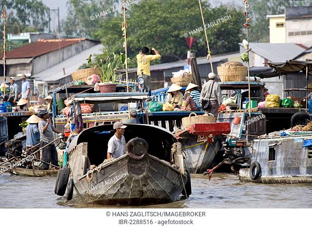 Floating market of Can Tho in the Mekong Delta, South Vietnam, Vietnam, Southeast Asia, Asia