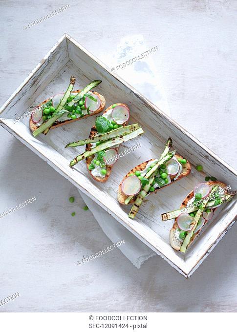 Crostini with asparagus, peas and radish