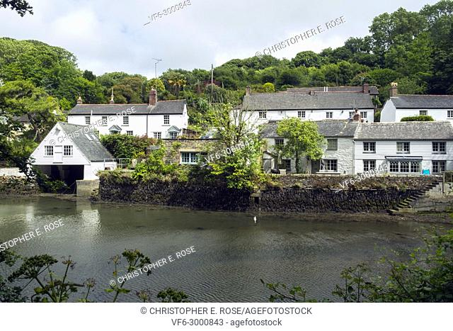 Idyllic homes alongside the waters edge in Helford village on the Helford River, Cornwall, UK