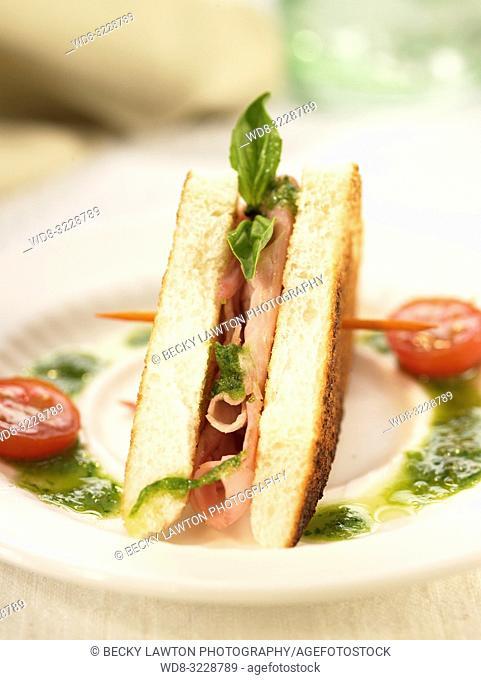 Mini de jamon asado con salsa pesto