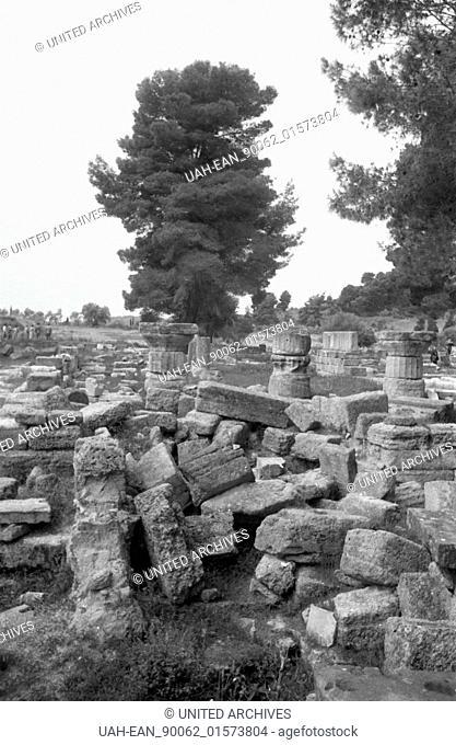 Griechenland, Greece - Ein Baum steht inmitten eines antiken Ruinenfelds in Griechenland, 1950er Jahre. A tree inmid of a field of ancient ruins in Greece
