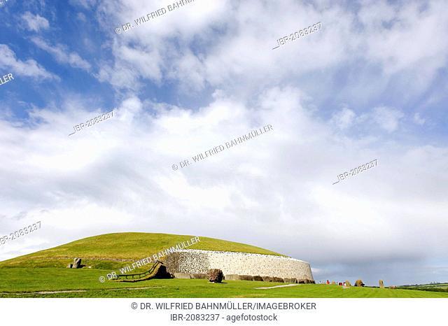Prehistoric mound and passage tomb, Newgrange, County Meath, Republic of Ireland, Europe