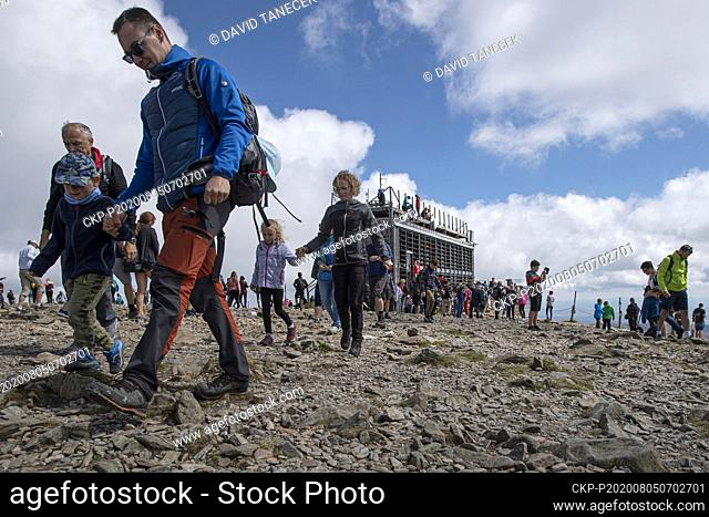 Thousands of people visited the top of Snezka in the Krkonose Mountains, and a queue of several hours was formed at the Snezka cable car station in Pec pod...